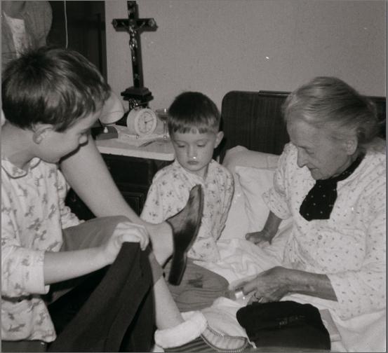 Oma, met kleinkinderen, tijdens de Sinterklaasmorgen in haar laatste winter